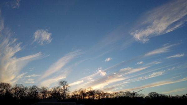 chmury na błękitne niebie - znak, ze deszcz idzie