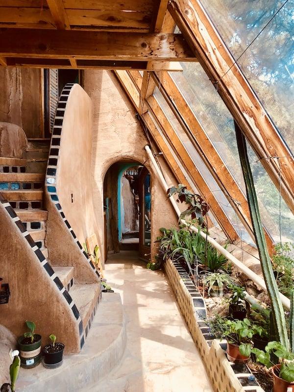 Earthship, czyli dom energooszczędny, pasywny, ekologiczny i tani. A poza tym, jak z bajki - dużo zdjęć & film!
